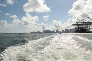Paseo por Bisayne Bay con el skyline de Miami