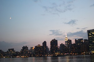 Manhattan nocturna desde Long Island City, Queens